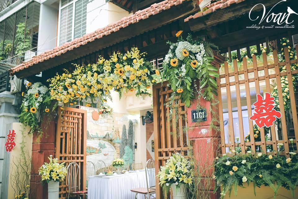 Voan: rực sắc hoa cổng vào chính