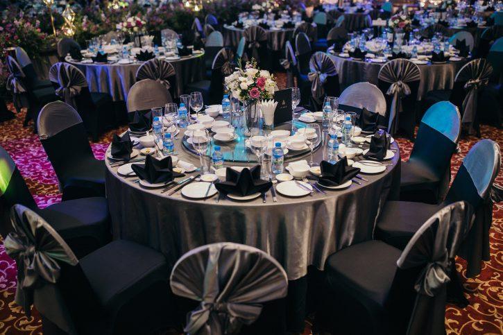 Dùng hoa trang trí bàn tiệc cưới là cách làm kinh điển đầy hiệu quả
