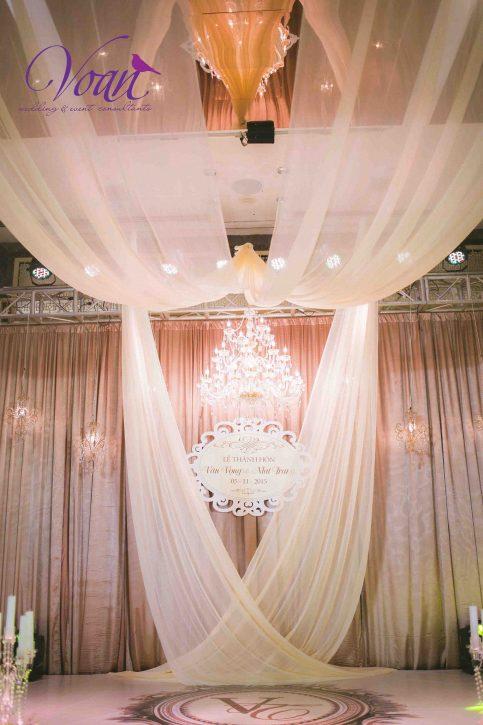 sử dụng rèm vải để trang trí sân khấu đám cưới