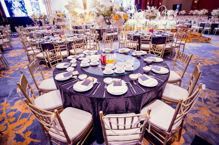trang trí bàn tiệc cưới gây ấn tượng với khách quý