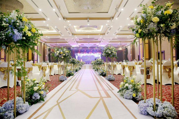 trang trí sảnh tiệc cưới với hoa